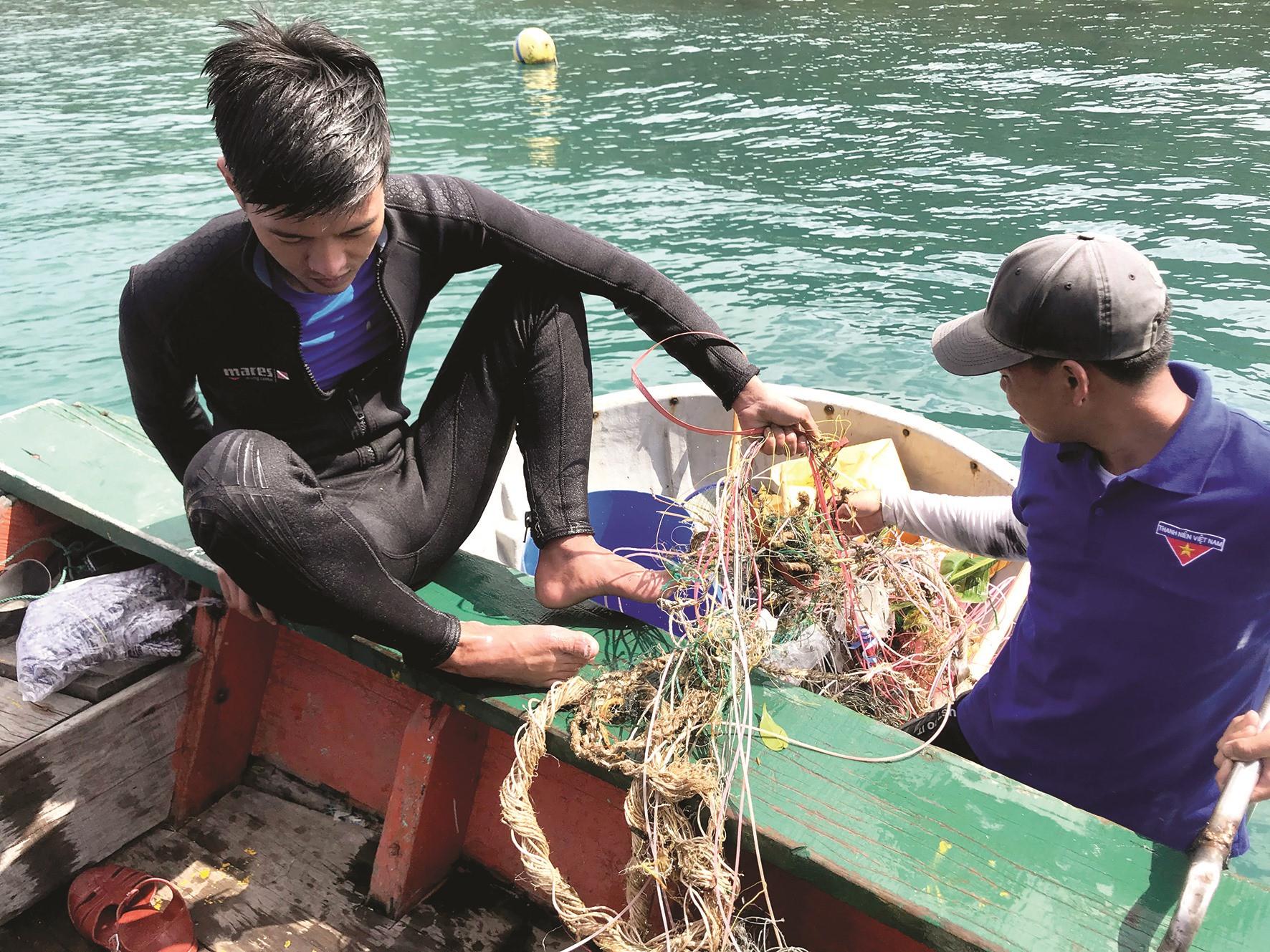 Những đoạn dây nhựa nằm đáy biển rất khó phân hủy.