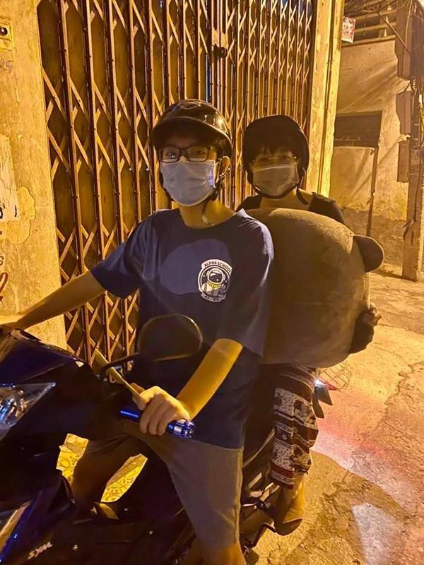 Làm mẹ tâm lý hiếm có như MC Thảo Vân: Làm shipper miễn phí, cùng con trai chở gấu bông đi tặng bạn gái-1