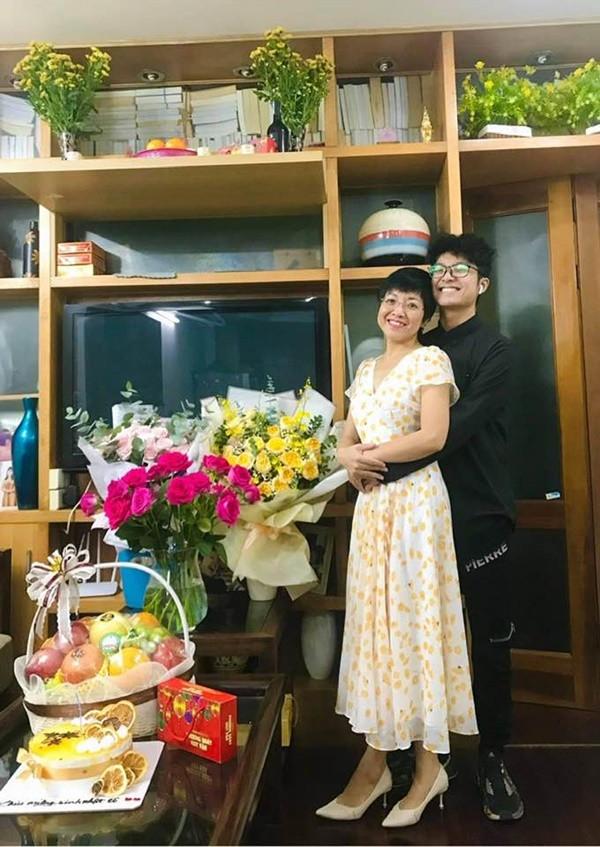 Làm mẹ tâm lý hiếm có như MC Thảo Vân: Làm shipper miễn phí, cùng con trai chở gấu bông đi tặng bạn gái-4