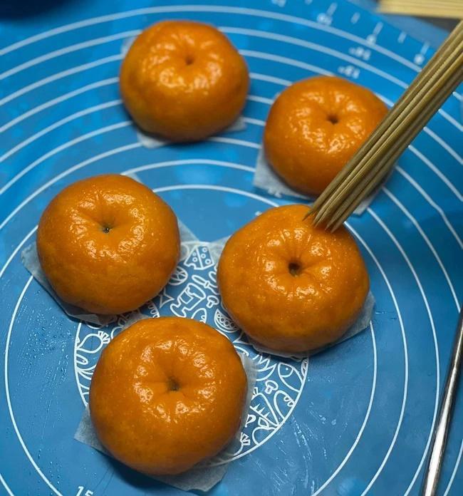 Cú lừa xuất sắc phù phép bánh bao thành trái cam y như thật-5