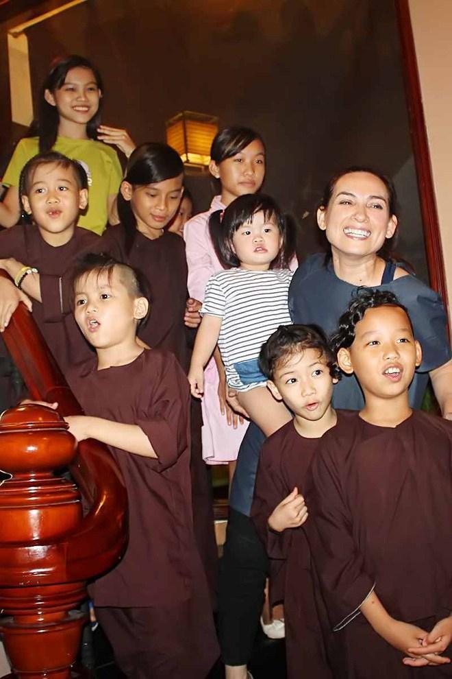 Một tỷ phú đứng ra nhận nuôi 23 người con của Phi Nhung-3