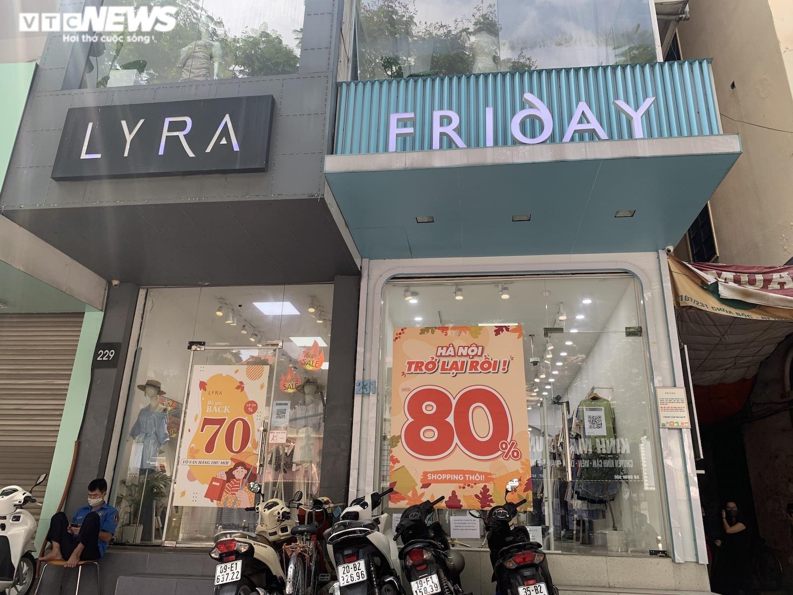 Được hoạt động trở lại, shop thời trang Hà Nội xả hàng, tung khuyến mãi  - 3