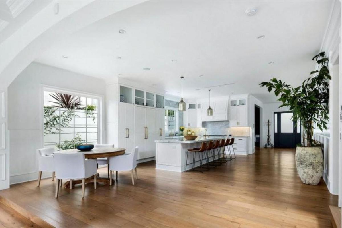 Ván sàn gỗ sồi Châu Âu bản rộng tạo thêm sự ấm áp cho ngôi nhà.