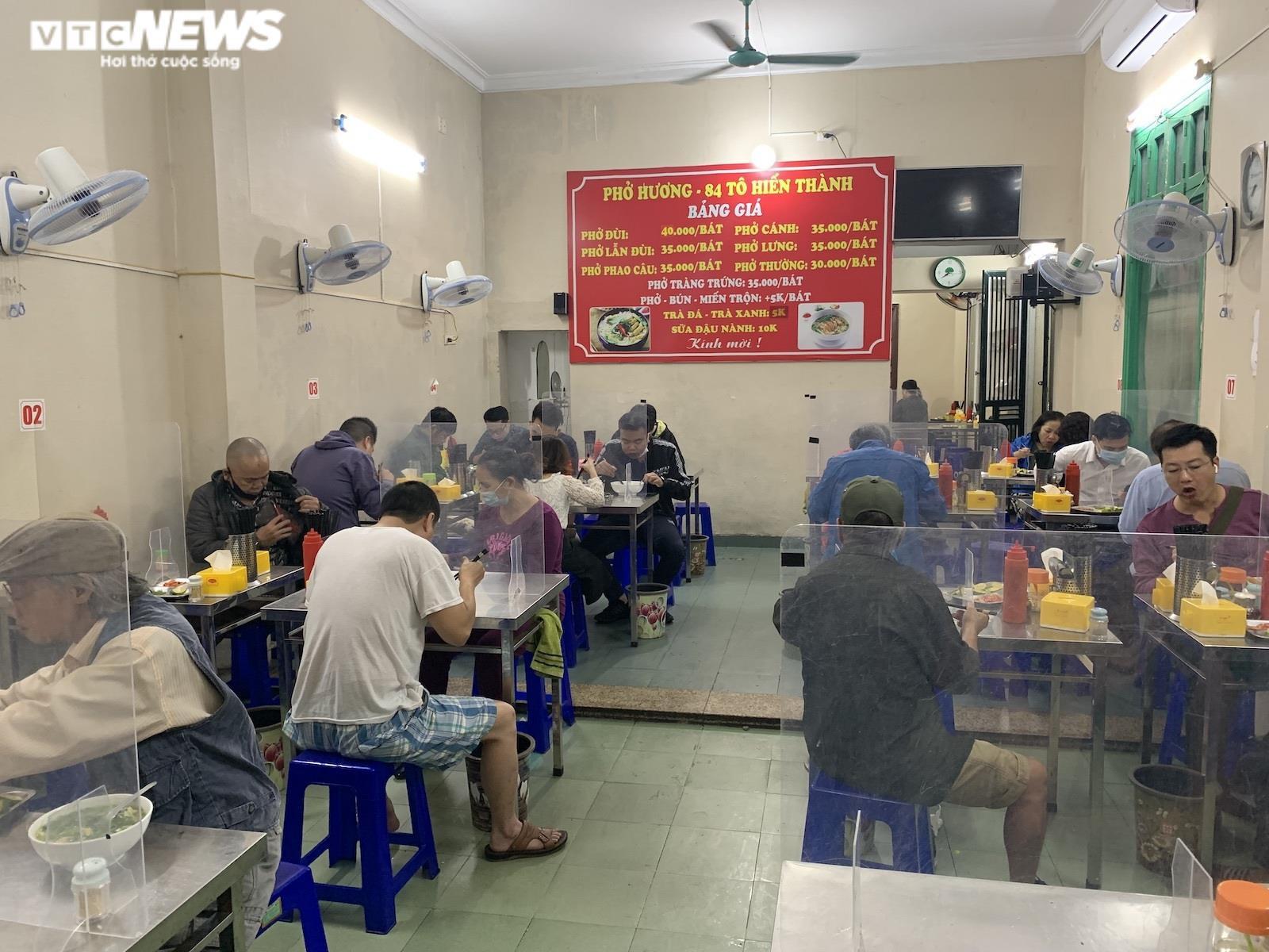 Người Hà Nội tấp nập đi ăn phở từ sáng sớm, người bán không kịp ngơi tay - 9