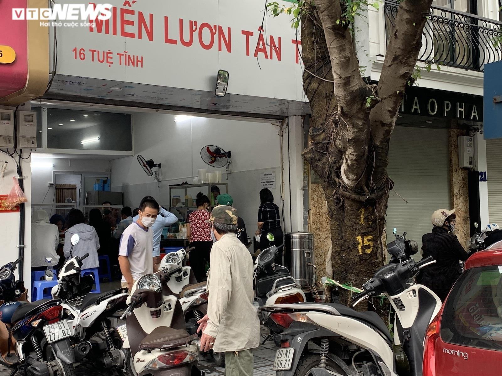 Người Hà Nội tấp nập đi ăn phở từ sáng sớm, người bán không kịp ngơi tay - 12