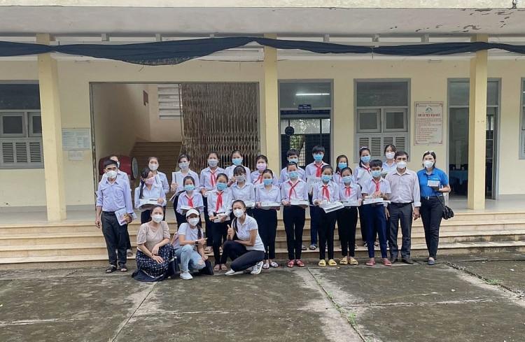 Á hậu Kim Duyên kết hợp cùng tổ chức Hands-On tặng thiết bị học 4.0 cho học sinh Bến Tre