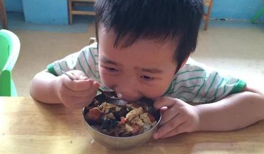 """3 loại cơm trên bàn ăn sẽ """"đánh cắp"""" chiều cao của trẻ, bác sĩ: """"Nhiều bậc cha mẹ thích cho con ăn"""""""